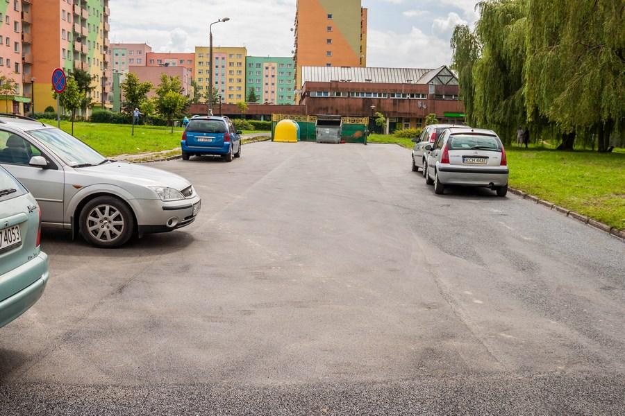 Piłsudskiego - parking za przychodnią po1.